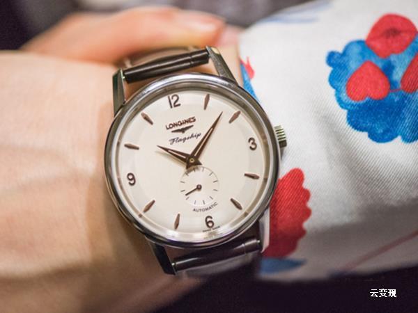 """/><br /> <br /> 保养秘诀2:适宜的手腕<br /> <br /> 请确保您的手表""""服帖地""""戴在你的手上。这样不仅能改善上链系统的效率,还能进一步防止您金属表带链节的过早磨损,另外也是为了舒适美观。尤其是,请防止在同一手腕上佩戴多枚手表或珠宝首饰品,因为如此一来,可能会在手表和金属表带链节上造成划痕。而且不同材质的饰品一起也容易发生化学反响,影响美观。例如珍珠就不能和钨钢一起。<br /> <br /> <br /> 保养秘诀3:防水手表的清洗<br /> <br /> 定期以温水迅速清洗您的手表外壳与金属表带,再以清水迅速冲洗,然后以软布擦干。此一简单的动作能降低氯元素、海水中的盐、砂砾以及香水等所造成的磨损或腐蚀程度。<br /> <br /> <br /> <br /> 保养秘诀4:真皮表带<br /> <br /> 若真皮表带沾湿了则应立即以布拭干、若有灰尘应已布拂去(若是湿布则需于清洁后擦干)。此外若长时间受太阳照射也会造成表带变质,也是需要注意的地方。真皮皮质需要呼吸,通风的环境可以延长表带的使用寿命,佩戴不同的表带,不仅可以降低认为损伤的危险,也可使表带获得充分的休息。<br /> <br /> <br /> 保养秘诀5:定期检查与维修<br /> <br /> 必须定期检查手表的机芯和防水功能。对于裸露在外的防水垫圈,因其经常受到(诸如温差、酸度等等)外力的侵害,所以应根据它的磨损状况,每2至3年对其进行更换。即使对于劳力士这样的,日常的保养也是必须注意的哦!不然后果等你开盖的那天就明白了。<br /> <br /> 当然,对于强外力影响造成的损伤不在这次内容考虑之内,专业的维修机构作为钟表玩家也可以多跑一跑。高一期,我们就一起探讨:专业的维修机构,他们详细干些啥?<br /> <br /> <br /> ,找专业云变现!全国免费效劳热线:400-6565-338<br /><p/> <p/>   </div>   <!-- /content -->   <div class="""